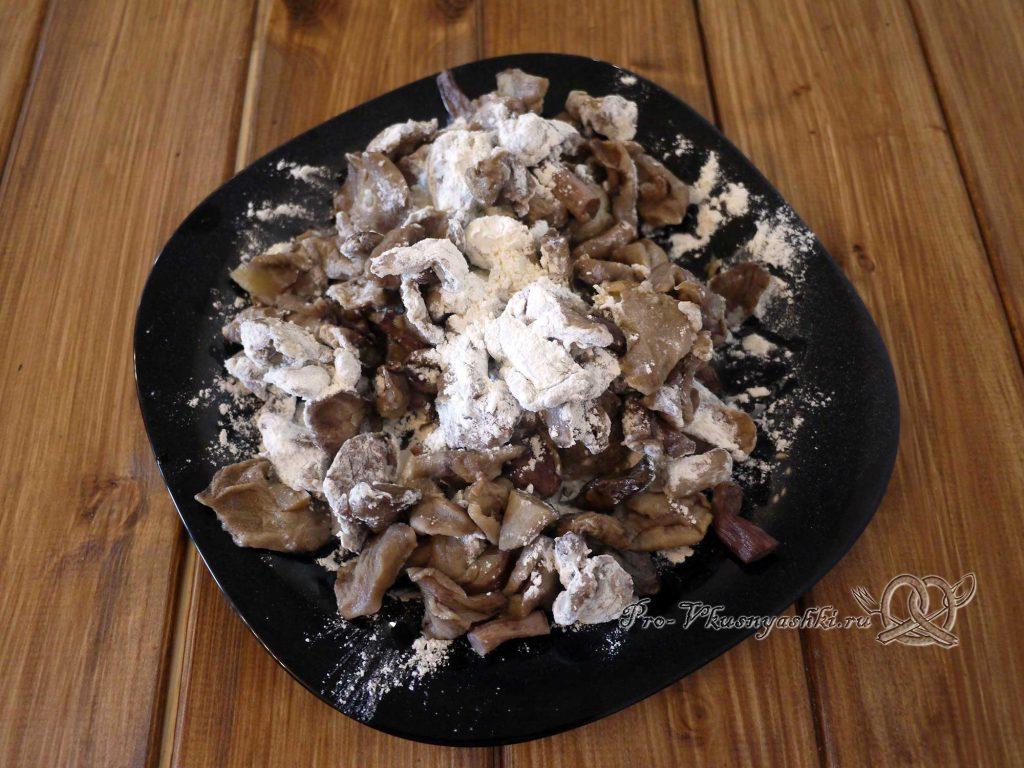 Грибы в сметане по-смоленски - обваливаем грибы в муке