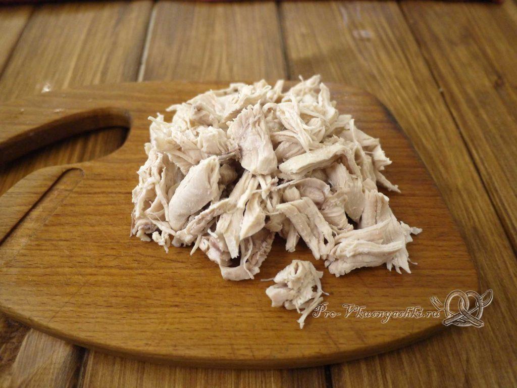 Салат «Гнездо перепелки» - нарезаем курицу