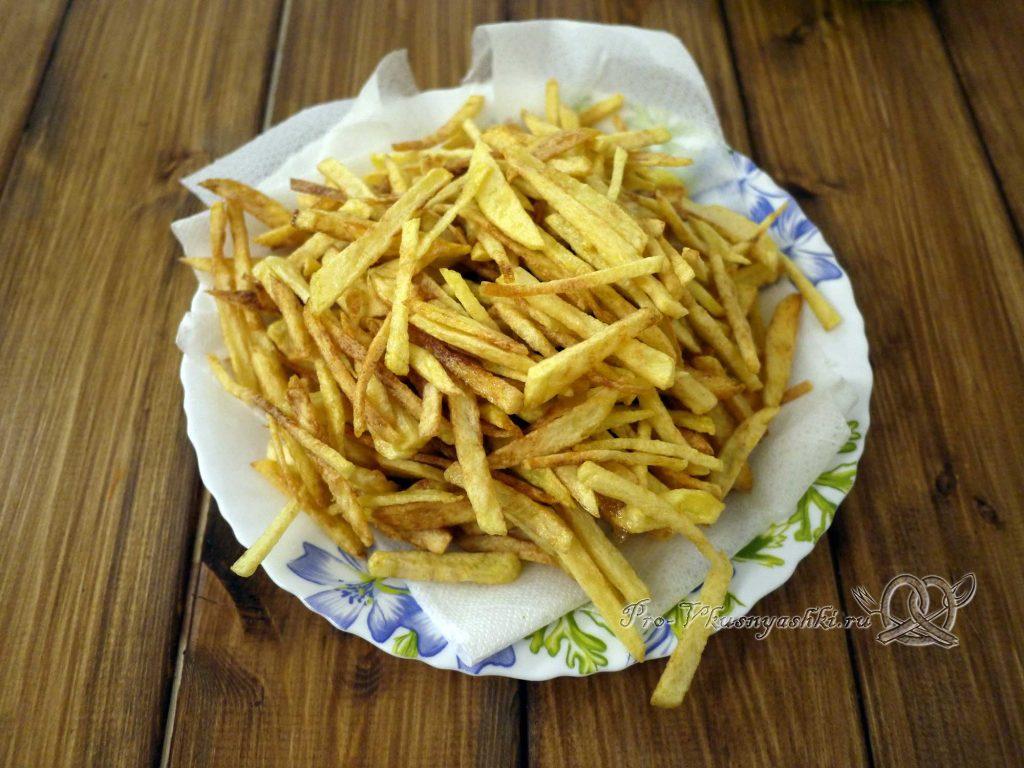 Салат «Гнездо перепелки» - убираем лишнее масло с картофеля фри