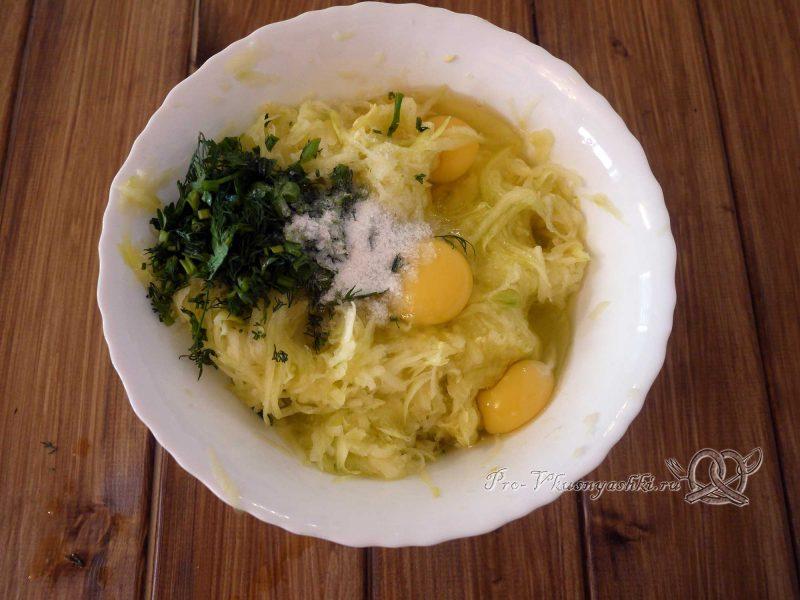 Торт из кабачков с помидорами и сыром - добавляем в кабачок яйца, зелень и соль