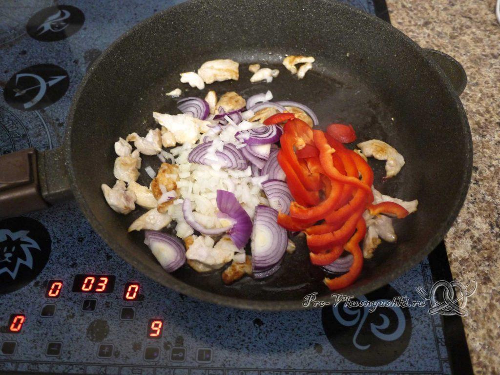 Фахитос с курицей - добавляем овощи к курице
