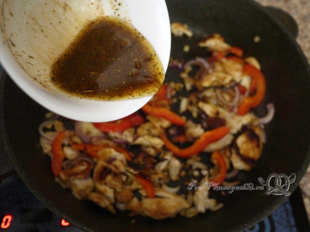 Фахитос с курицей - добавляем соус