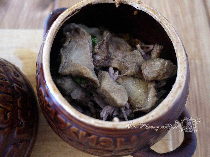 Гречка с мясом и грибами в горшочке - добавляем грибы в горшочек