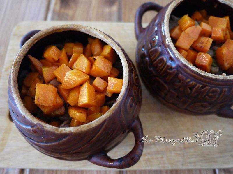 Гречка с мясом и грибами в горшочке - добавляем морковь в горшочек