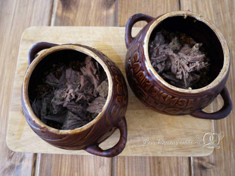 Гречка с мясом и грибами в горшочке - добавляем мясо в горшочек