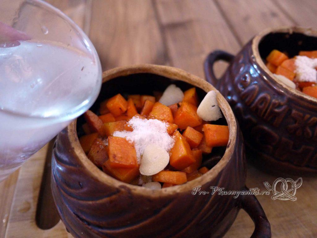 Гречка с мясом и грибами в горшочке - добавляем соль, чеснок и воду в горшочек