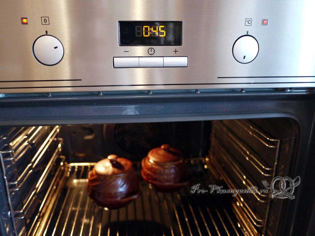 Гречка с мясом и грибами в горшочке - добавляем ставим горшочки в духовку