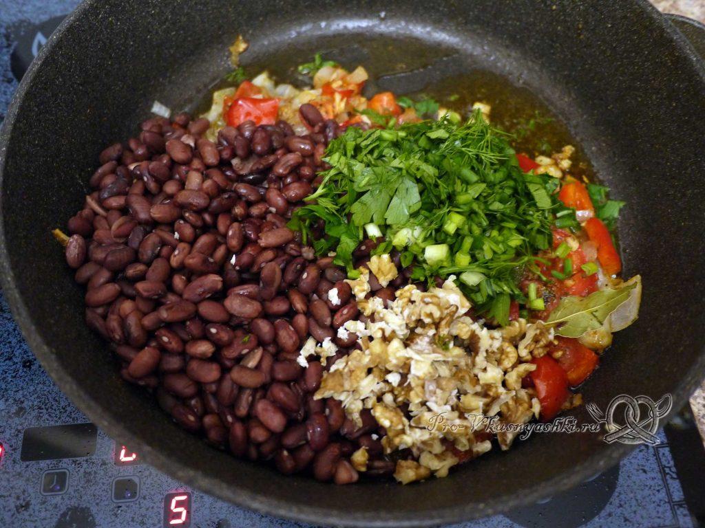 Лобио из фасоли по-грузински - добавляем фасоль, зелень и орехи
