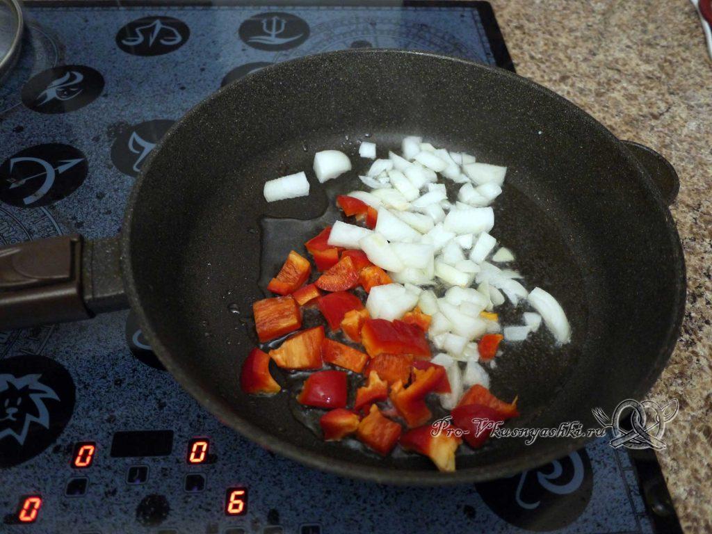 Лобио из фасоли по-грузински - обжариваем лук и перец