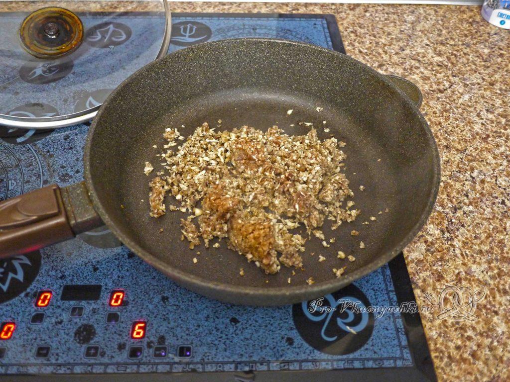 Шампиньоны запеченные с помидорами и сыром - обжариваем грибы