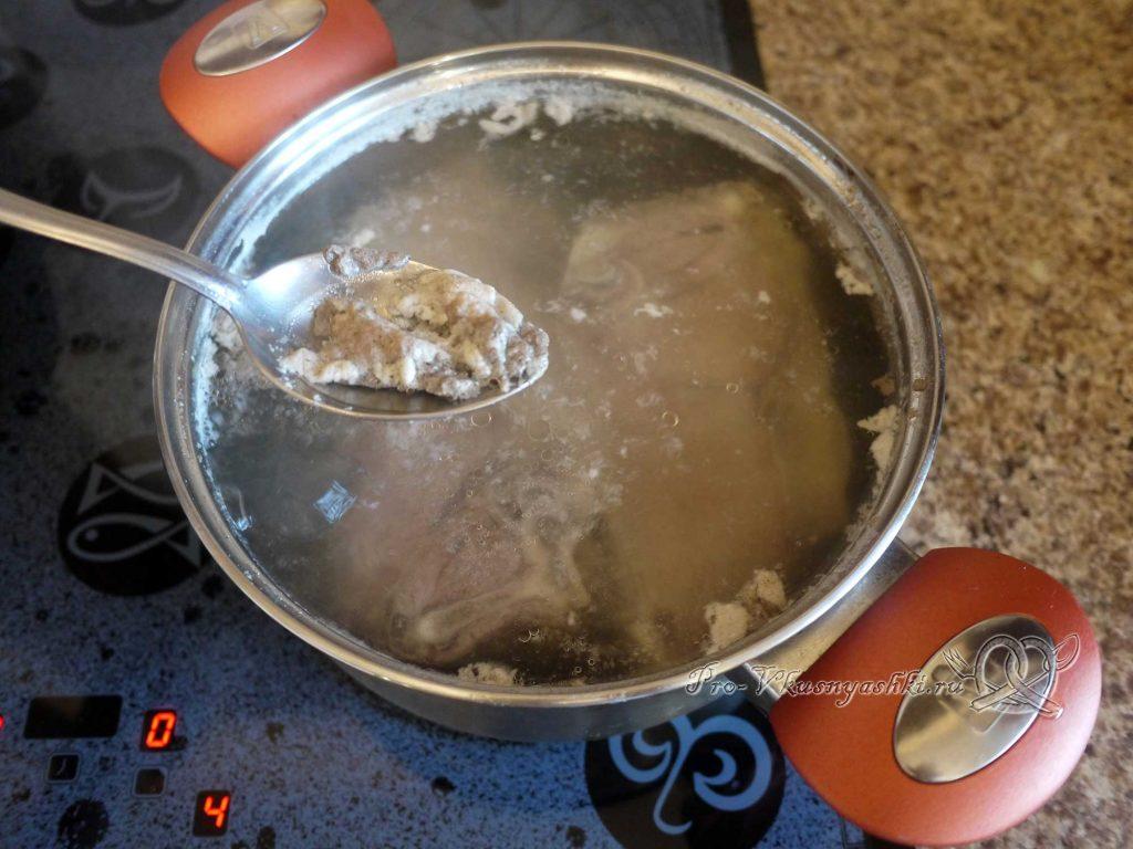 Суп Токмач - снимаем пену с бульона