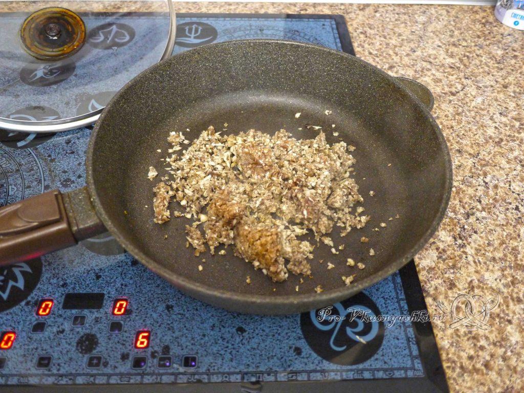 Запеченные фаршированные шампиньоны - обжариваем грибы