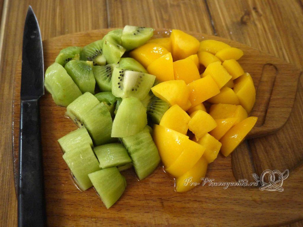 Желейный торт с фруктами и сметаной - нарезаем фрукты