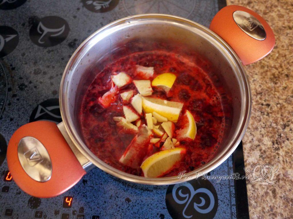 Брусничный морс из замороженных ягод - добавляем имбирь и лимон в кастрюлю