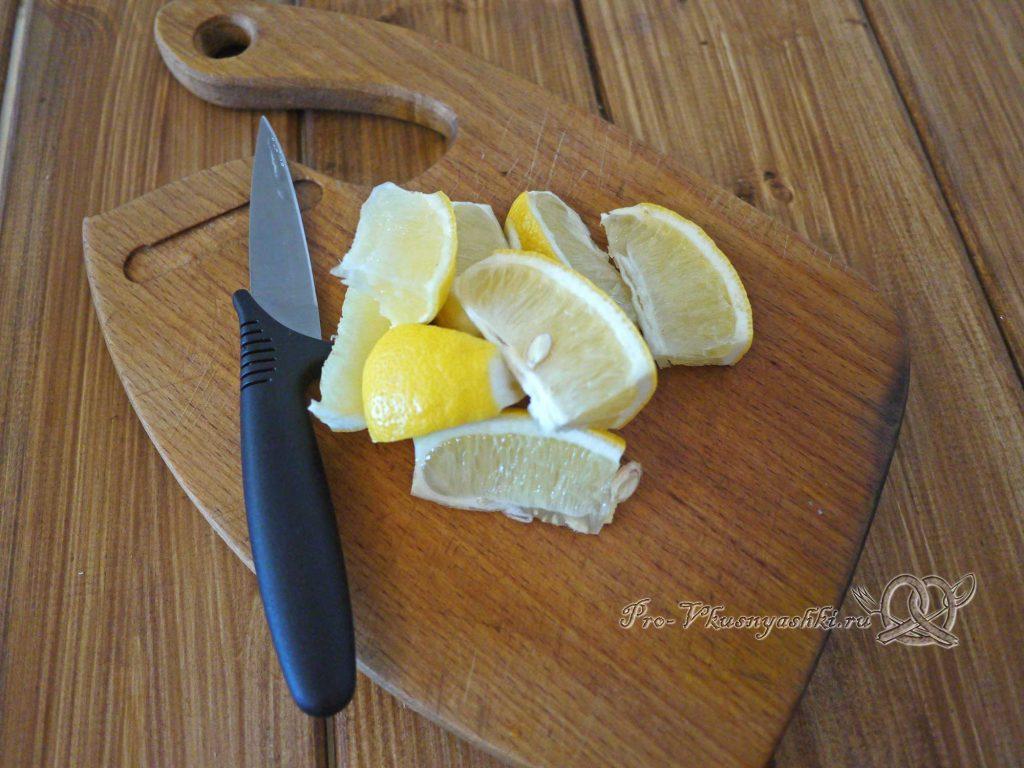 Брусничный морс из замороженных ягод - нарезаем лимон