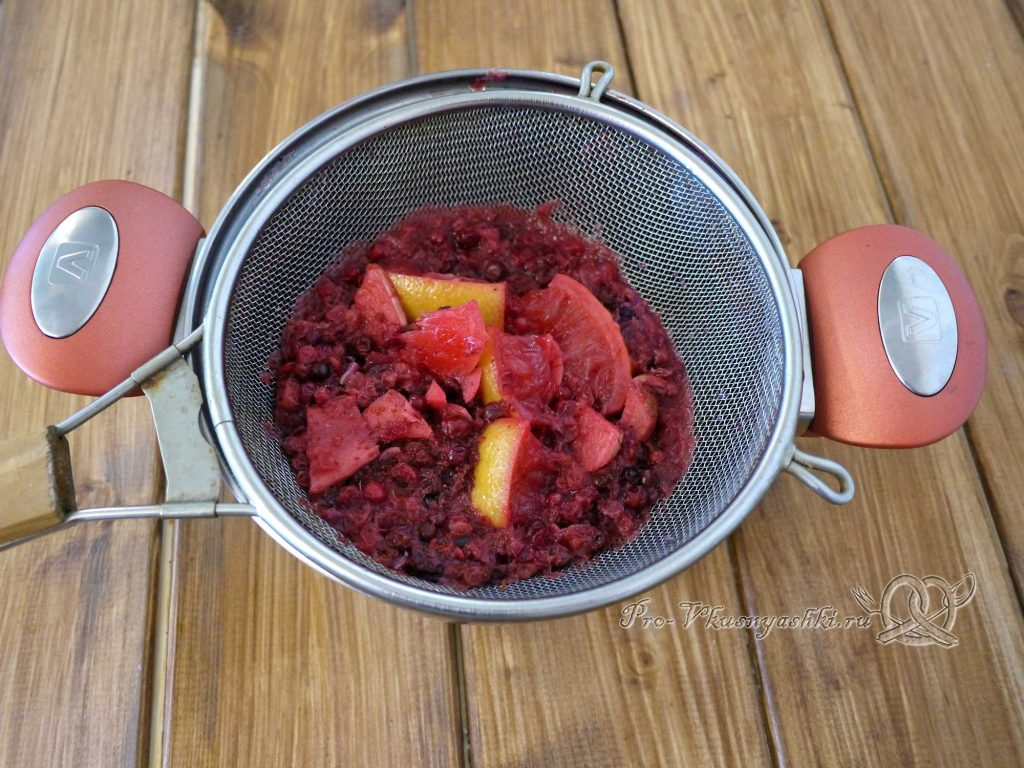 Брусничный морс из замороженных ягод - процеживаем морс