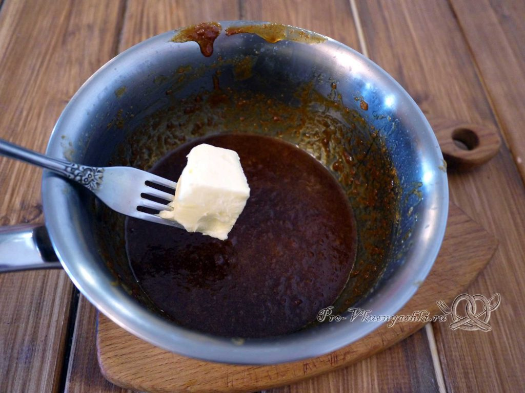 Булочки синнабон с корицей и карамелью - добавляем в карамель масло