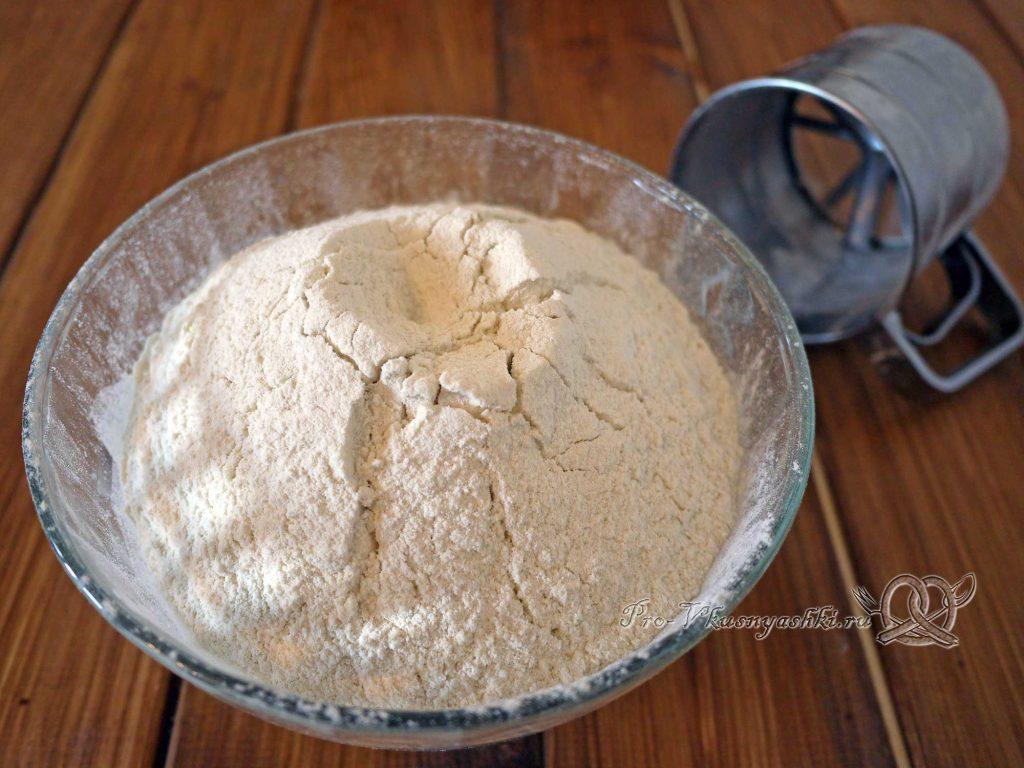 Булочки синнабон с корицей и карамелью - добавляем в тесто муку