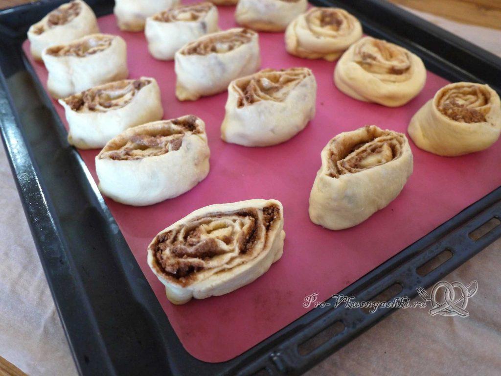 Булочки синнабон с корицей и карамелью - нарезаем тесто на части