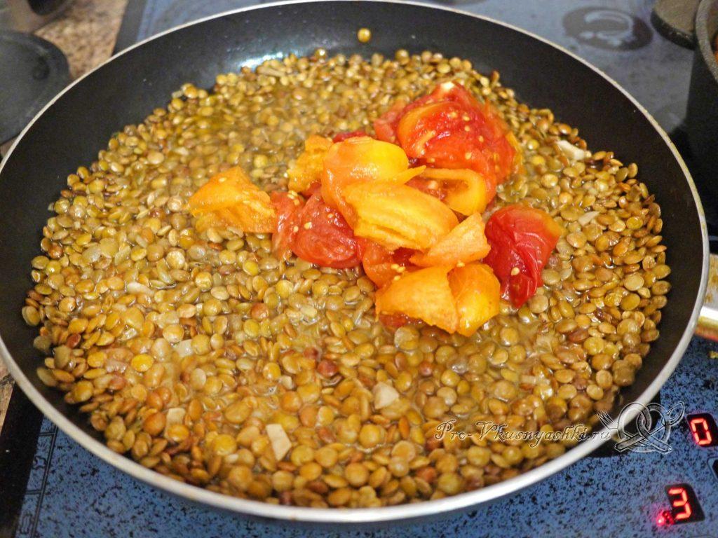 Чечевица с томатами и луком - добавляем томаты в чечевицу