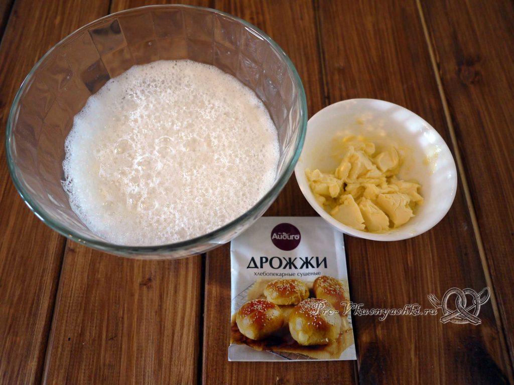 Сладкое дрожжевое тесто - добавляем в миску дрожжи и масло