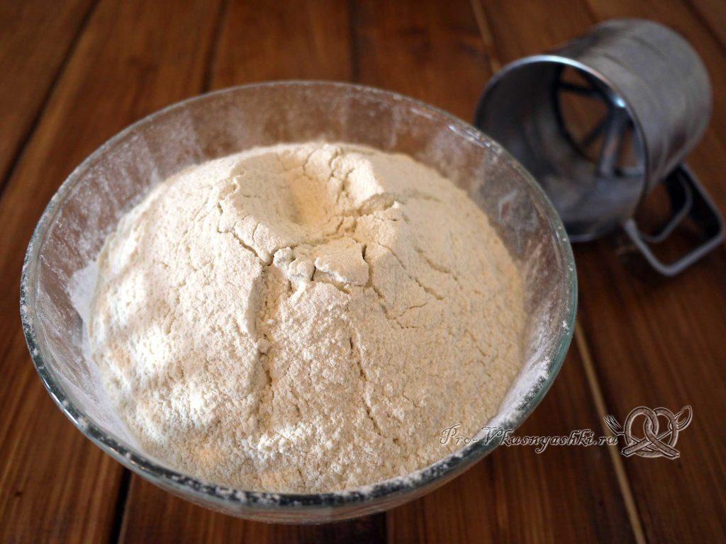 Сладкое дрожжевое тесто - добавляем в миску муку