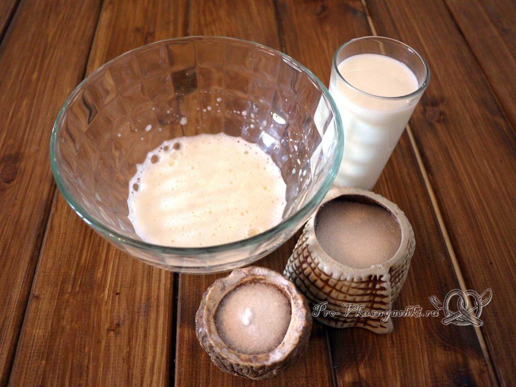 Cладкое дрожжевое тесто - добавляем в миску соль, сахар и молоко