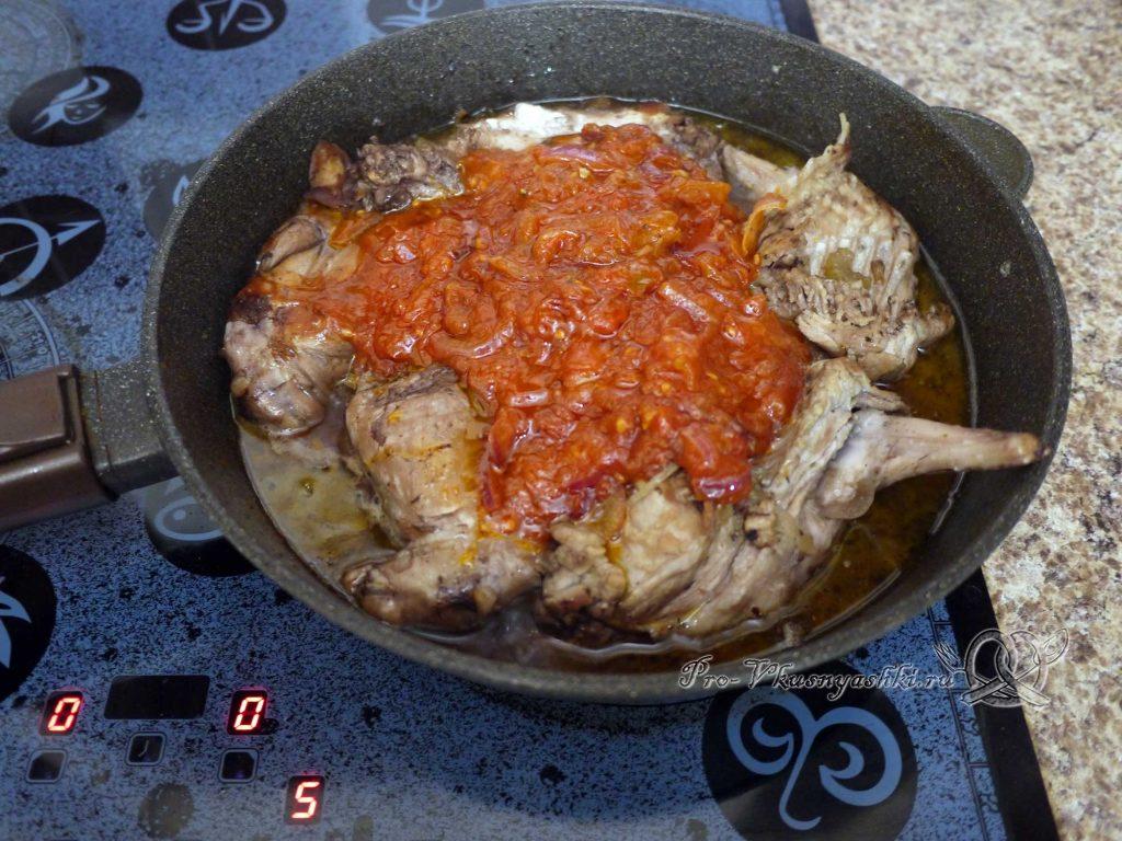 Кролик тушеный в вине с розмарином - поливаем мясо соусом