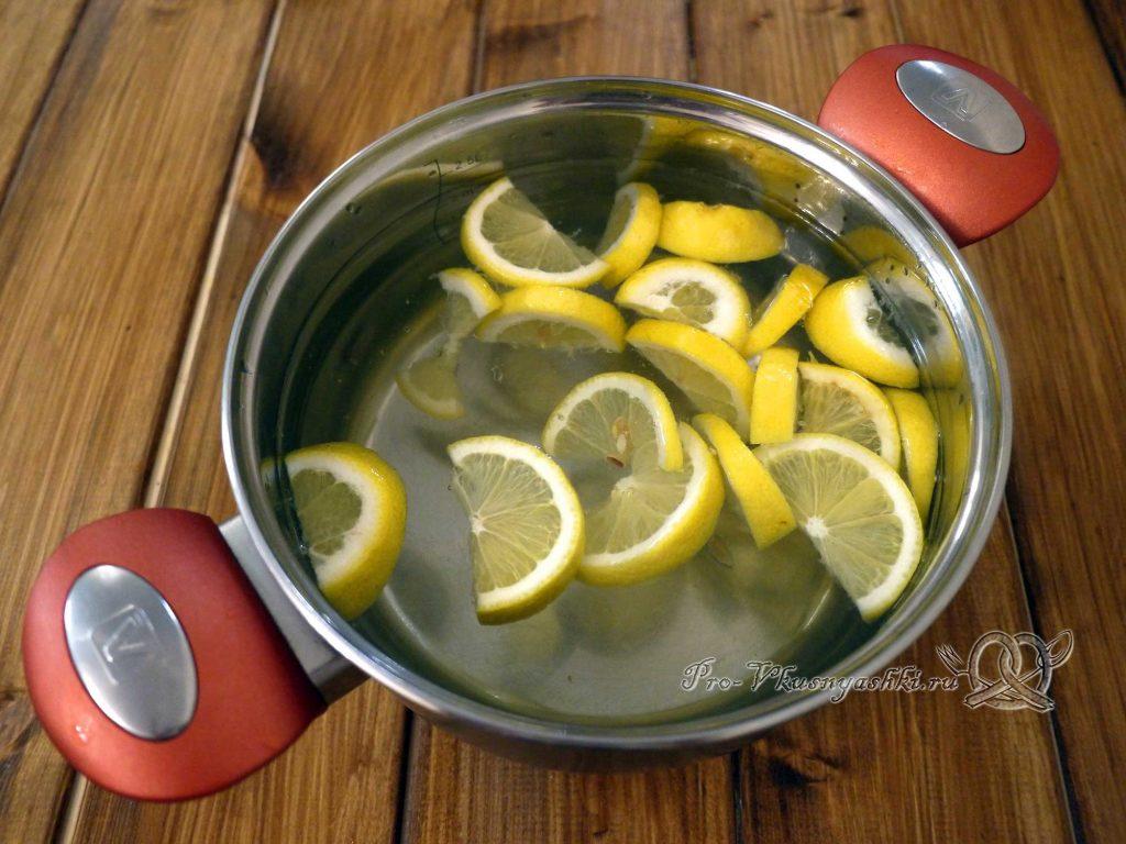 Напиток из меда и лимона - добавляем лимон в воду