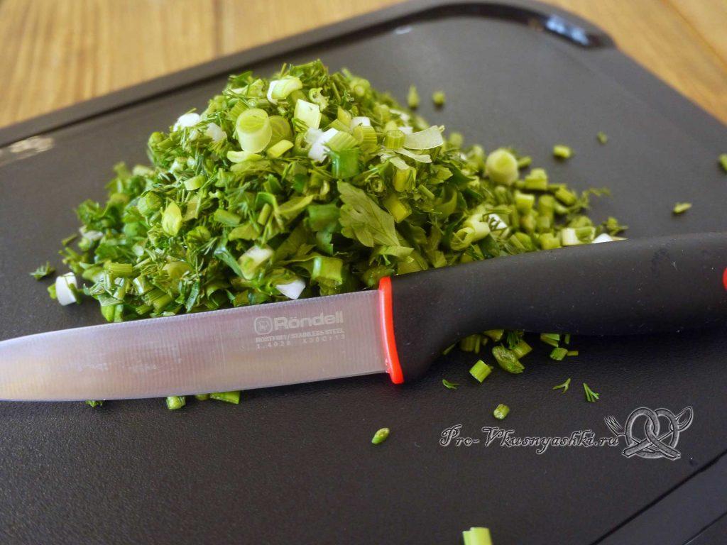 Рыбный суп из форели с зеленым горошком - нарезаем зелень