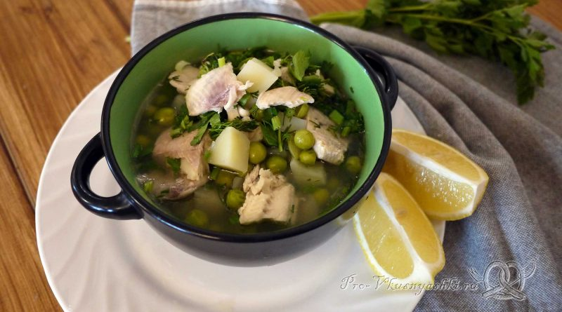 Рыбный суп из форели с зеленым горошком - подача