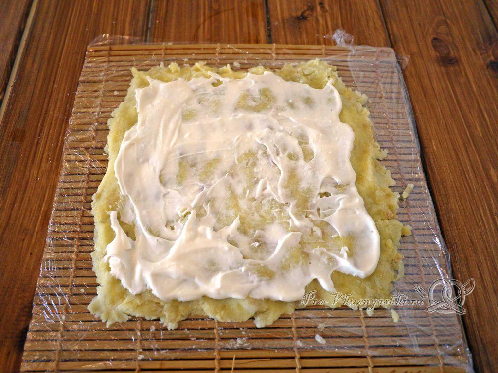 Салат Оливье рулетом - смазываем картофель майонезом
