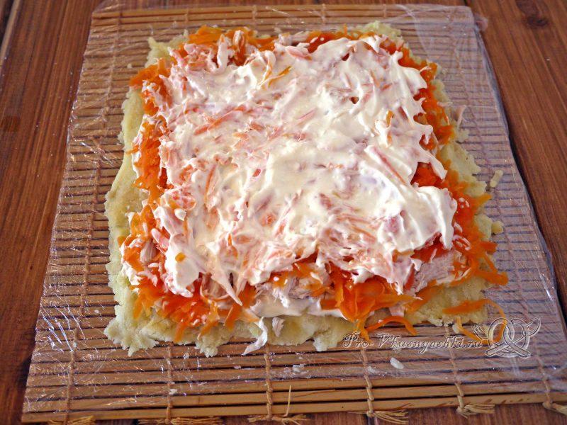 Салат Оливье рулетом - смазываем морковь майонезом