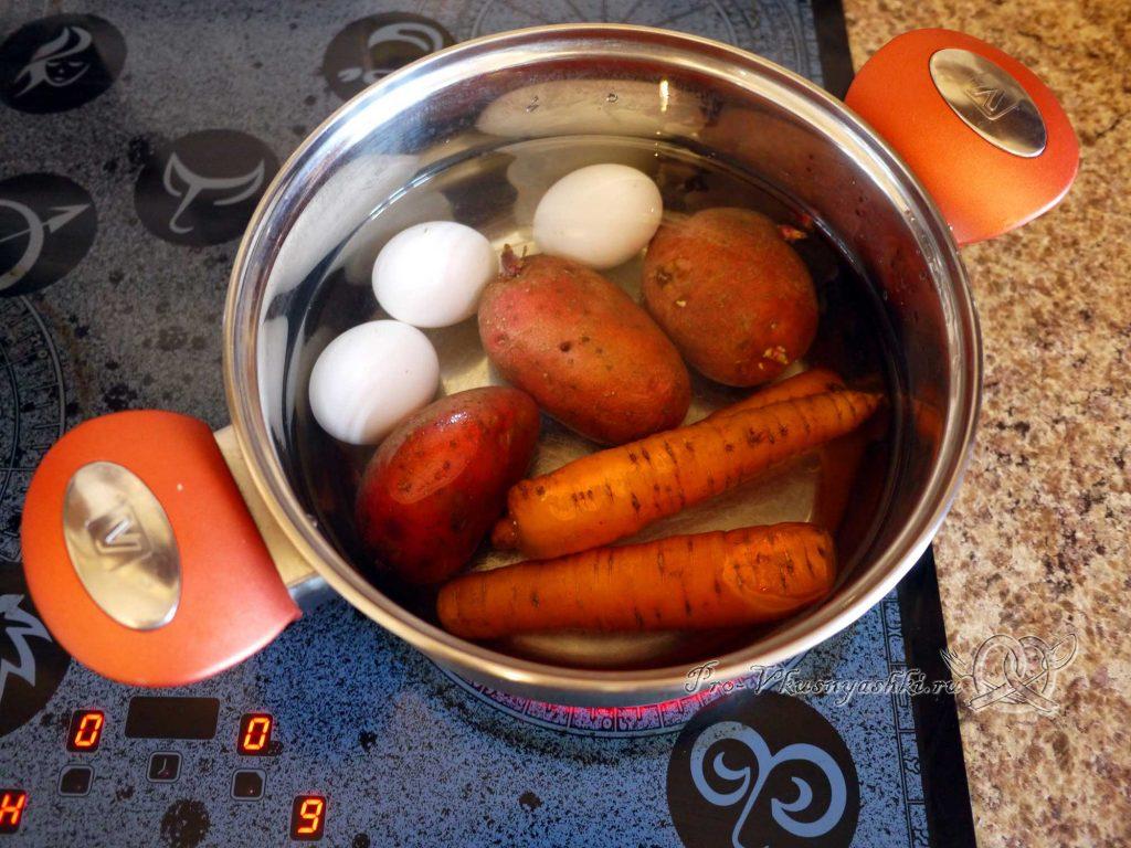 Салат Оливье рулетом - варим морковь, картофель и яйца