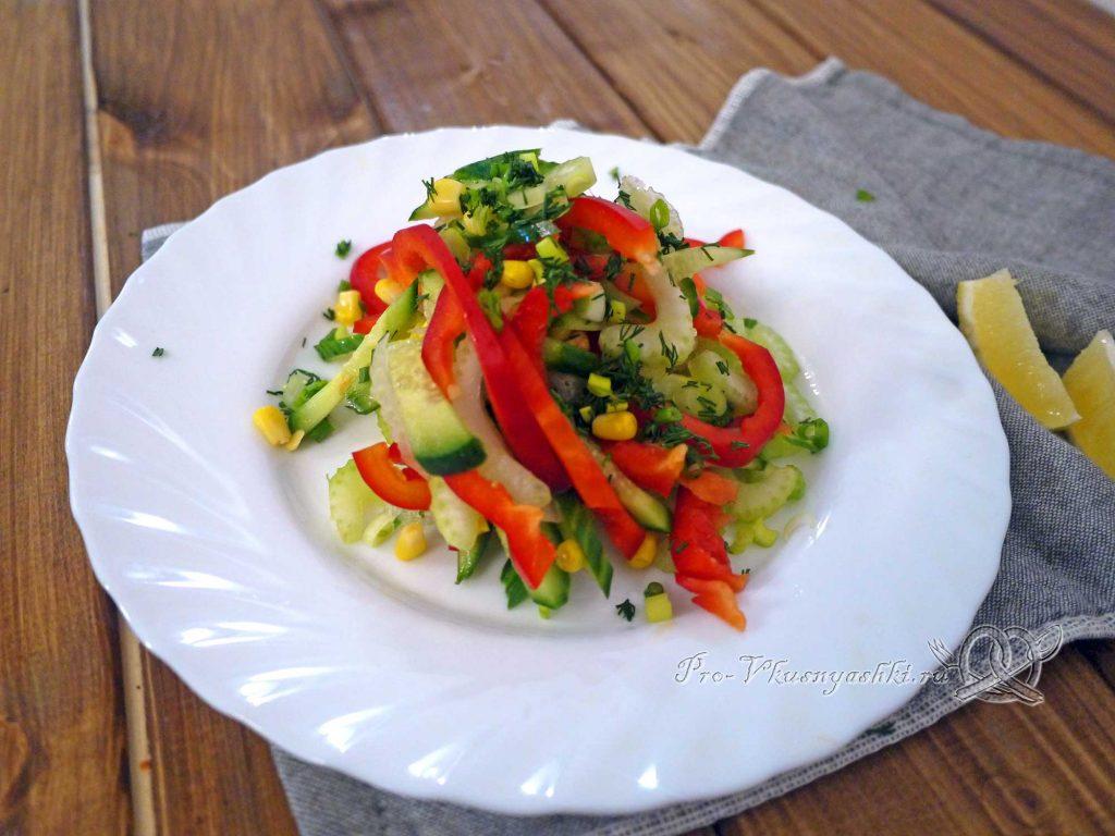 Салат с сельдереем и кукурузой - подача