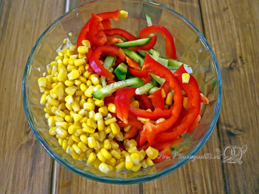 Салат с сельдереем и кукурузой - смешиваем ингредиенты