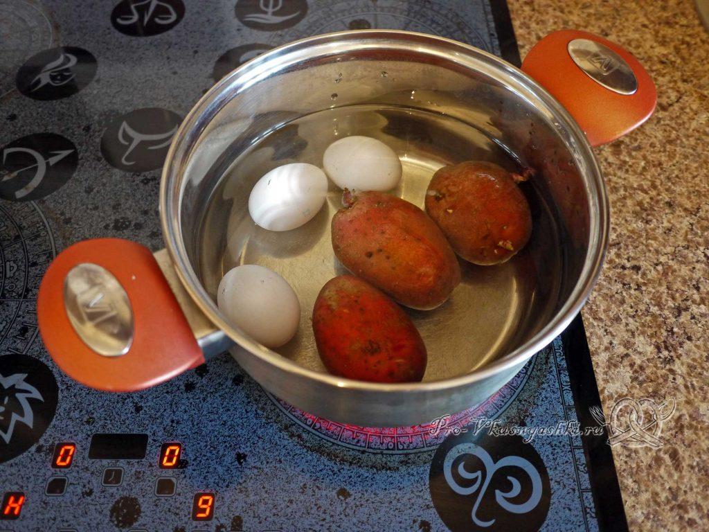 Салат Шишка с миндалем - отвариваем картофель и яйца