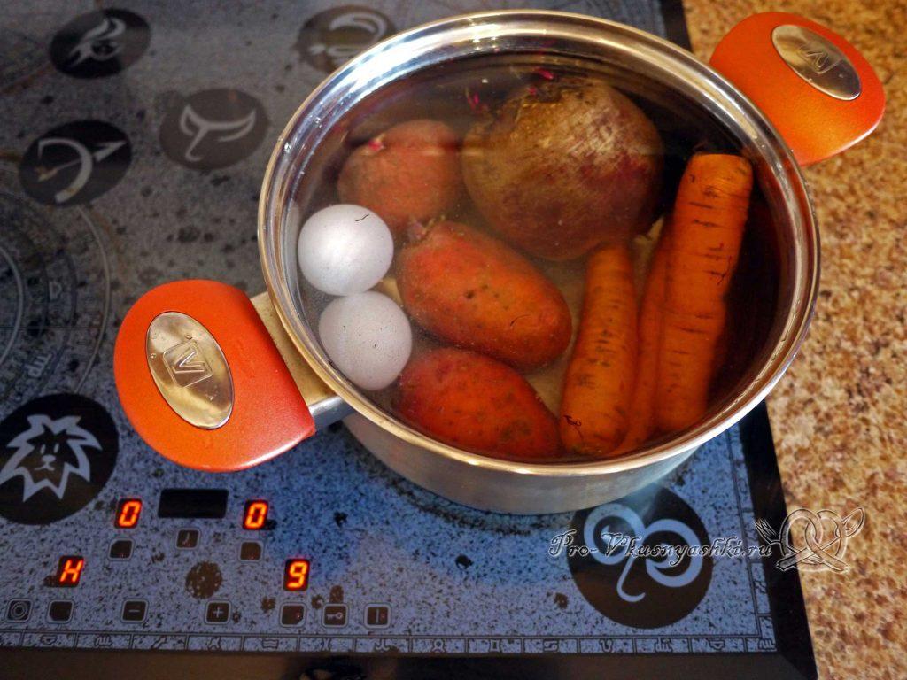 Селедка под шубой рулетом - варим овощи и яйца