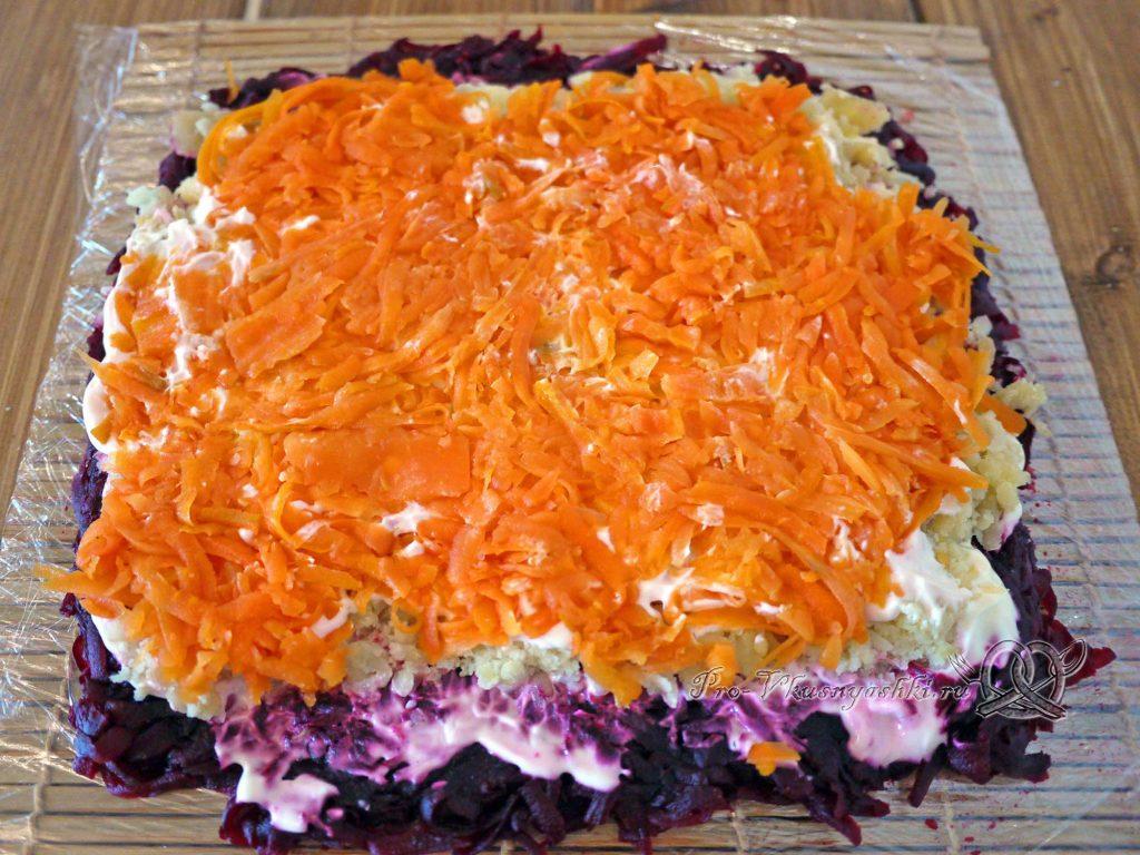Селедка под шубой рулетом - выкладываем морковь
