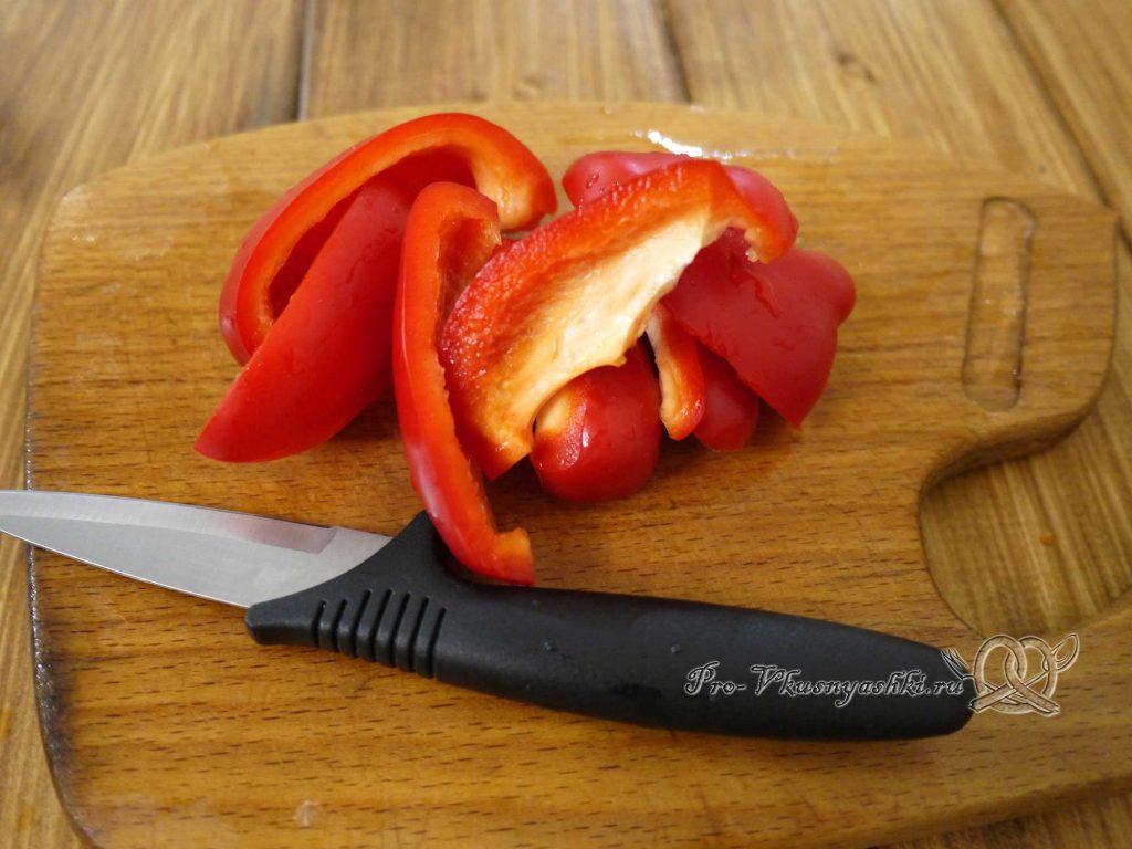 Стейк из форели на сковороде - нарезаем перец