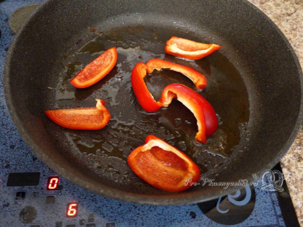 Стейк из форели на сковороде - обжариваем перец