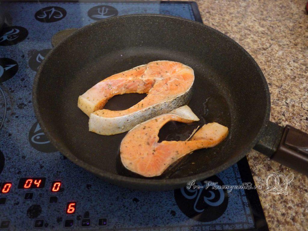 Стейк из форели на сковороде - обжариваем рыбу с одной стороны