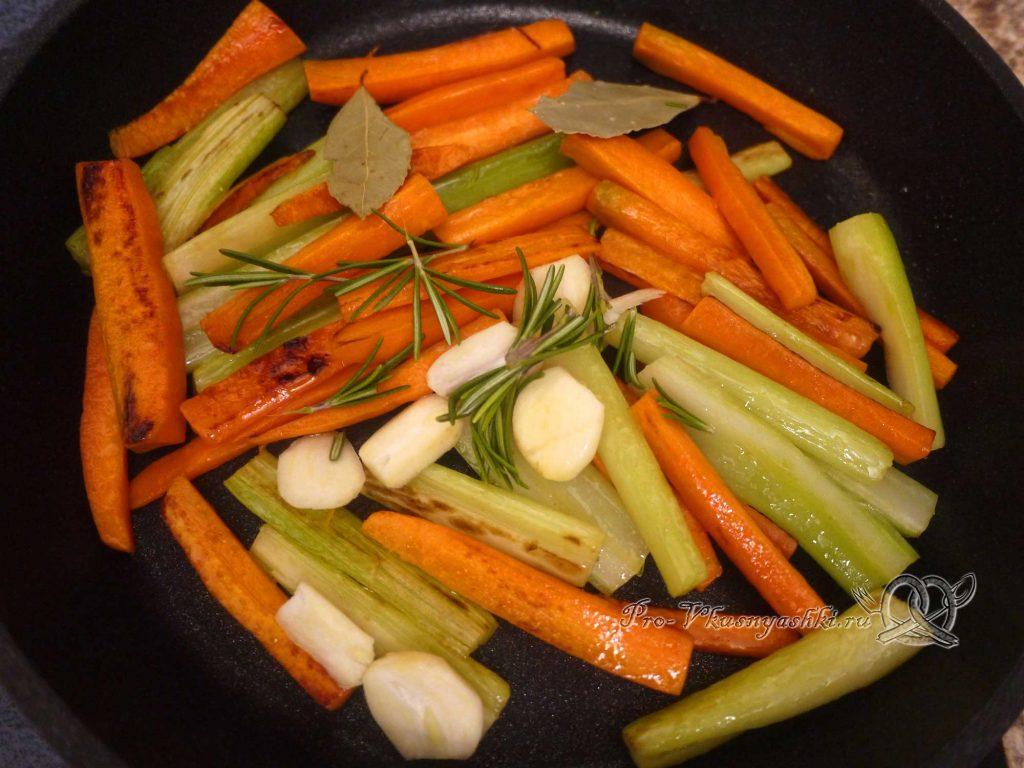 Грудки индейки запеченные в духовке с овощами - добавляем чеснок и специи к овощам