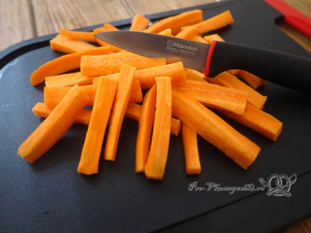 Грудки индейки запеченные в духовке с овощами - нарезаем морковь