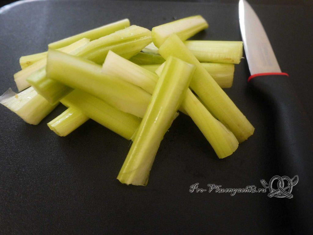 Грудки индейки запеченные в духовке с овощами - нарезаем сельдерей