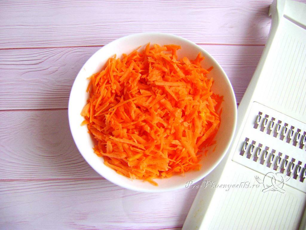Картофельно-тыквенная запеканка с фаршем - натираем морковь