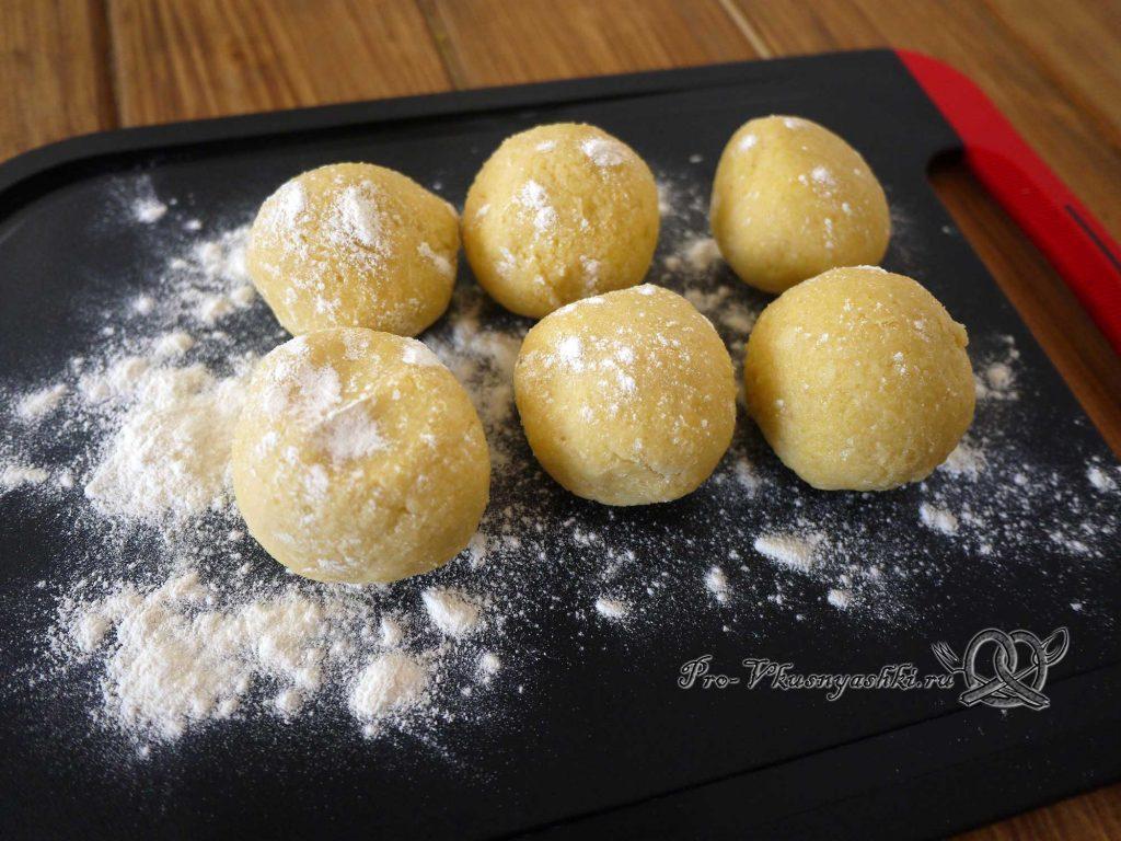 Лаймовые тарталетки с клубникой и мятой - делим тесто на части