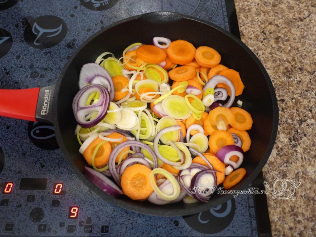 Свекольный суп-пюре с сыром - обжариваем овощи