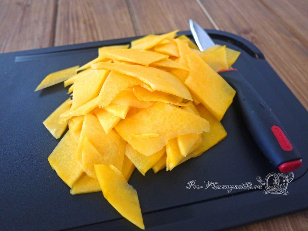 Тыквенные чипсы в духовке - измельчаем тыкву тонкими слайсами