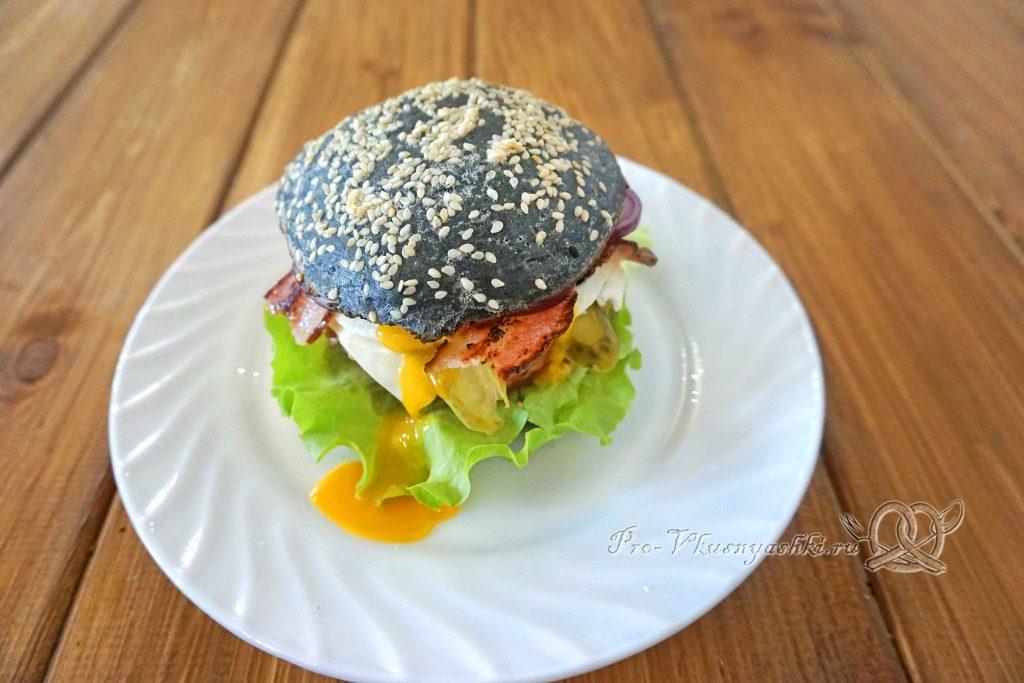 Черный бургер с яйцом и беконом - накрываем бургер булочкой